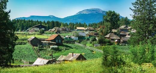 поселок Сибирка на фоне хребта Уван