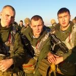 Денис (крайний слева) с товарищами готовится к прыжкам
