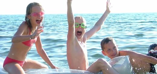 Морские-эстафеты-победители-боев-на-матрасах-празднуют-победу