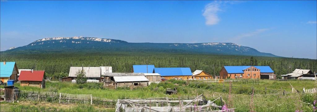 поселок Зюраткуль на фоне хребта Зюраткуль