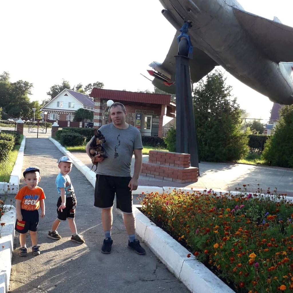 Андрей и Игорь с папой Юрием